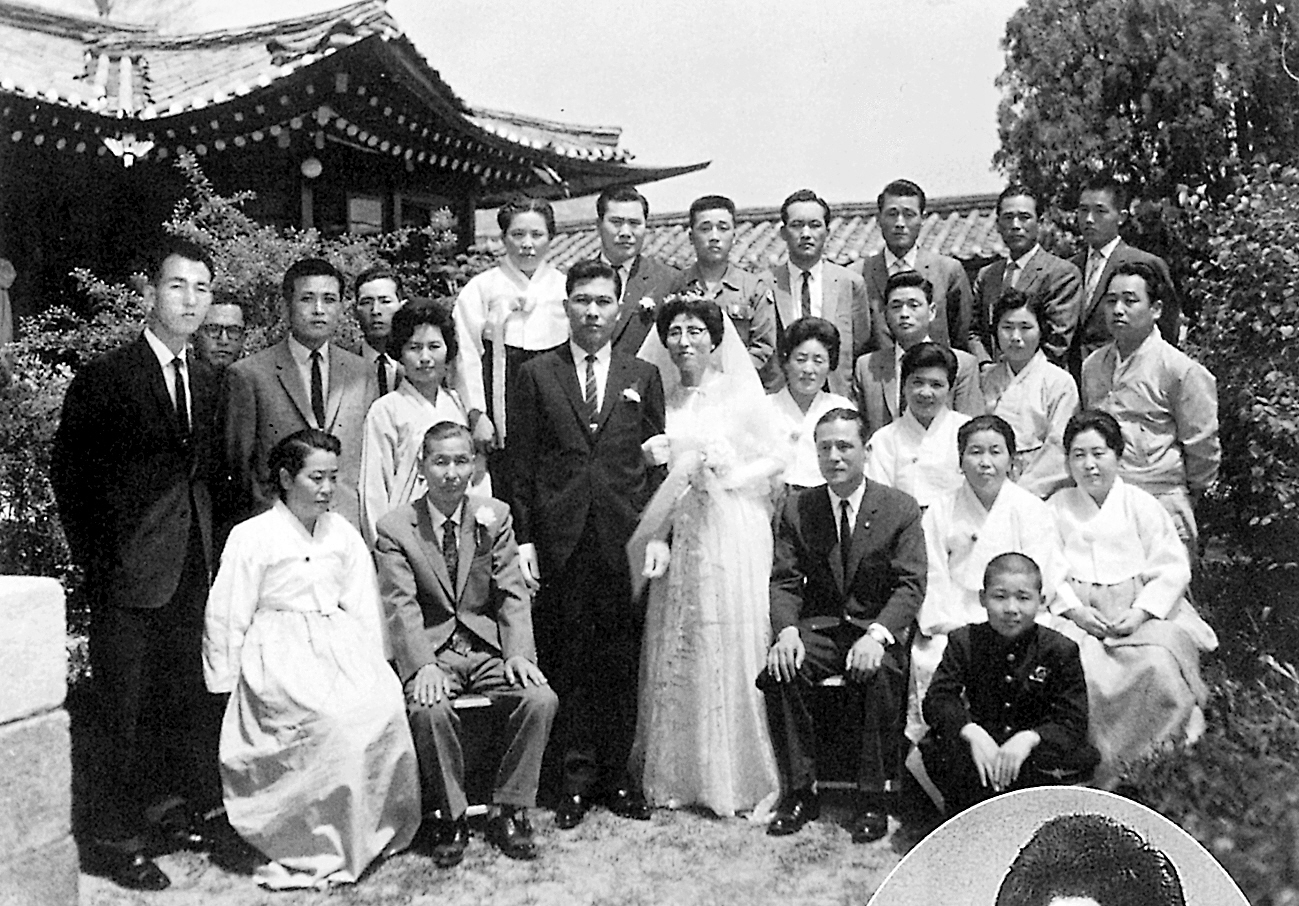 1962년 결혼식을 마친 김대중씨와 이희호 여사 기념촬영을 하고 있다. [중앙포토]