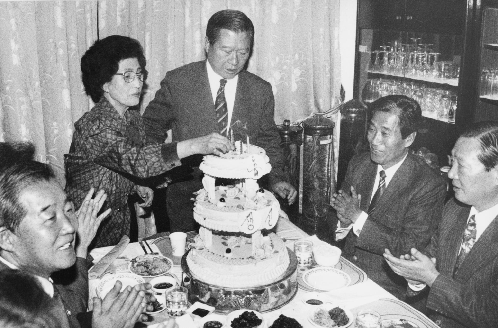1993년 68회 생일을 맞은 김대중 전 민주당 대표가 부인 이희호 여사와 함께 민주당 당직자들의 축하를 받으며 생일축하 케이크를 자르고 있다. [중앙포토]