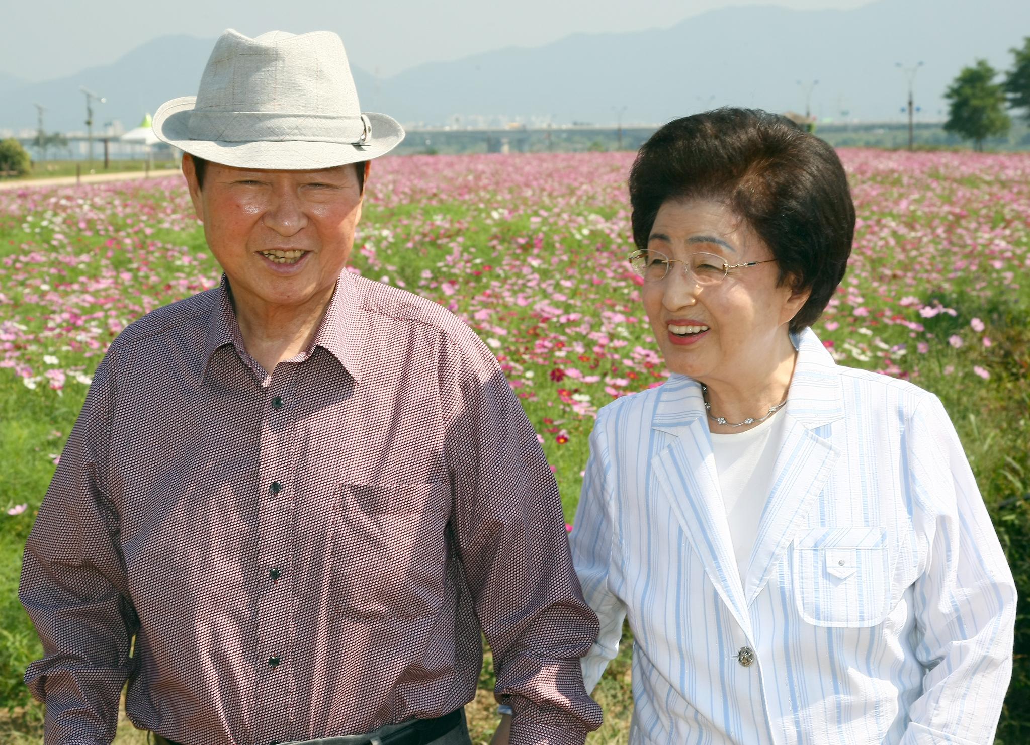 2008년 9월 18일 김대중 전 대통령과 부인 이희호 여사가 경기도 구리의 한강 둔치에 만개한 코스모스 단지를 둘러본 뒤 기념촬영을 하고 있다. [연합뉴스]