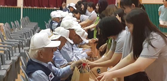 학생들이 직접 만든 전통 장을 포장해 참전용사들에게 선물하고 있다. [사진 인천신현고 제공]