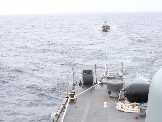 합동참모본부는 11일 오후 1시 15분쯤 우리 해군 함정이 속초 인근 해상에서 표류 중인 북한 어선 1척을 발견해 북측에 인계했다고 밝혔다. [합동참모본부]
