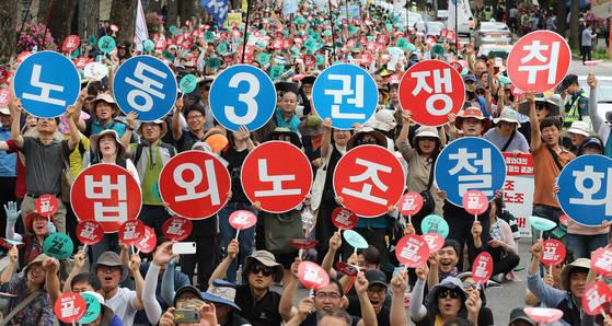 지난해 7월 전교조 조합원들이 법외노조 철회를 요구하며 연가투쟁을 벌이고 있다. [연합뉴스]