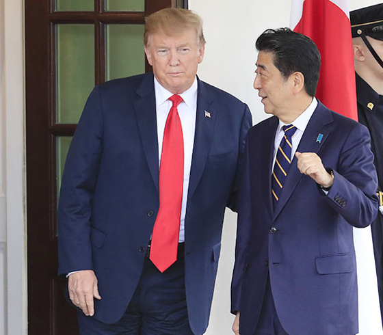 2019년 4월 26일 미국을 방문한 아베 신조 일본 총리(오른쪽)와 도널드 트럼프 미국 대통령. [AP=연합뉴스]