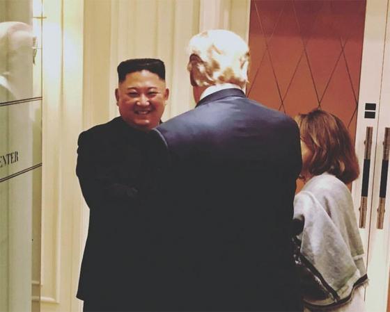 베트남 하노이 북·미 정상회담 결렬 직후 김정은 북한 국무위원장이 트럼프 미국 대통령과 웃으며 작별하고 있다. [사진 새라 샌더스 백악관 대변인 SNS 캡처]