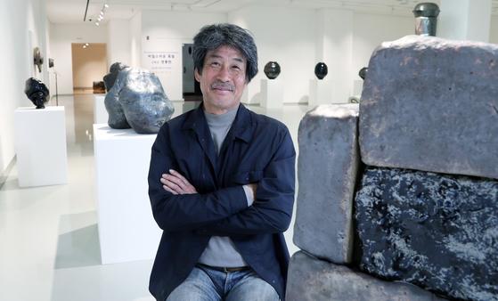 흑자기를 굽는 김시영 도예가가 전시회가 열리고 있는 서울 테헤란로 슈페리어 갤러리에서 포즈를 취하고 있다. 최승식 기자