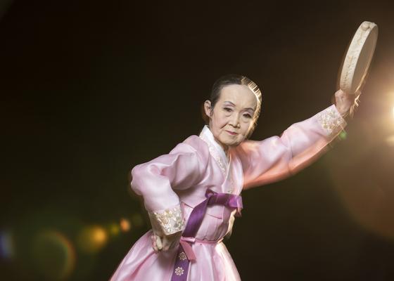 마지막 예기 권명화 명인이 12일 중앙일보 스튜디오에서 소고춤을 선보이고 있다. 20, 21일 '몌별 해어화' 공연에서 출 즉흥무다. 권혁재 사진전문기자