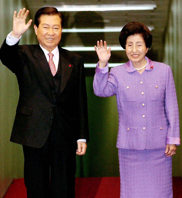 2001년 12월 2일 김대중 대통령과 부인 이희호 여사가 유럽순방을 위해 출국하며 환송객들을 향해 손을 흔들고 있다.[중앙포토]