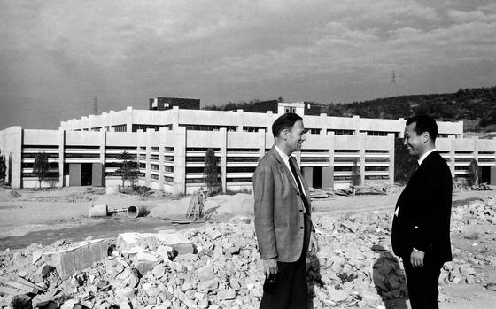 국제노동기구(ILO)의 지원으로 중앙직업훈련원이 설립됐다. ILO에서 전문가로 파견된 프로젝트 매니저와 중앙직업훈련원의 교육부서장이 건축이 거의 완공돼 가는 훈련원 앞에서 얘기를 나누고 있다. 중앙직업훈련원은 1968년 설립됐다. [사진=ILO]