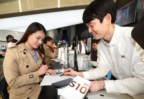 서울 시내 한 통신사 매장에서 고객이 5G 가입 상담을 하고 있다. [중앙포토]