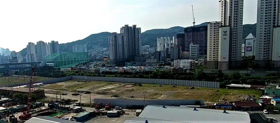2015년 3월 한국 정부에 반환된 부산의 미군기지 DRMO의 모습. 토양이 오염돼 있으나 가까운 곳까지 아파트와 주택이 들어서 있다.[사진 녹색연합]