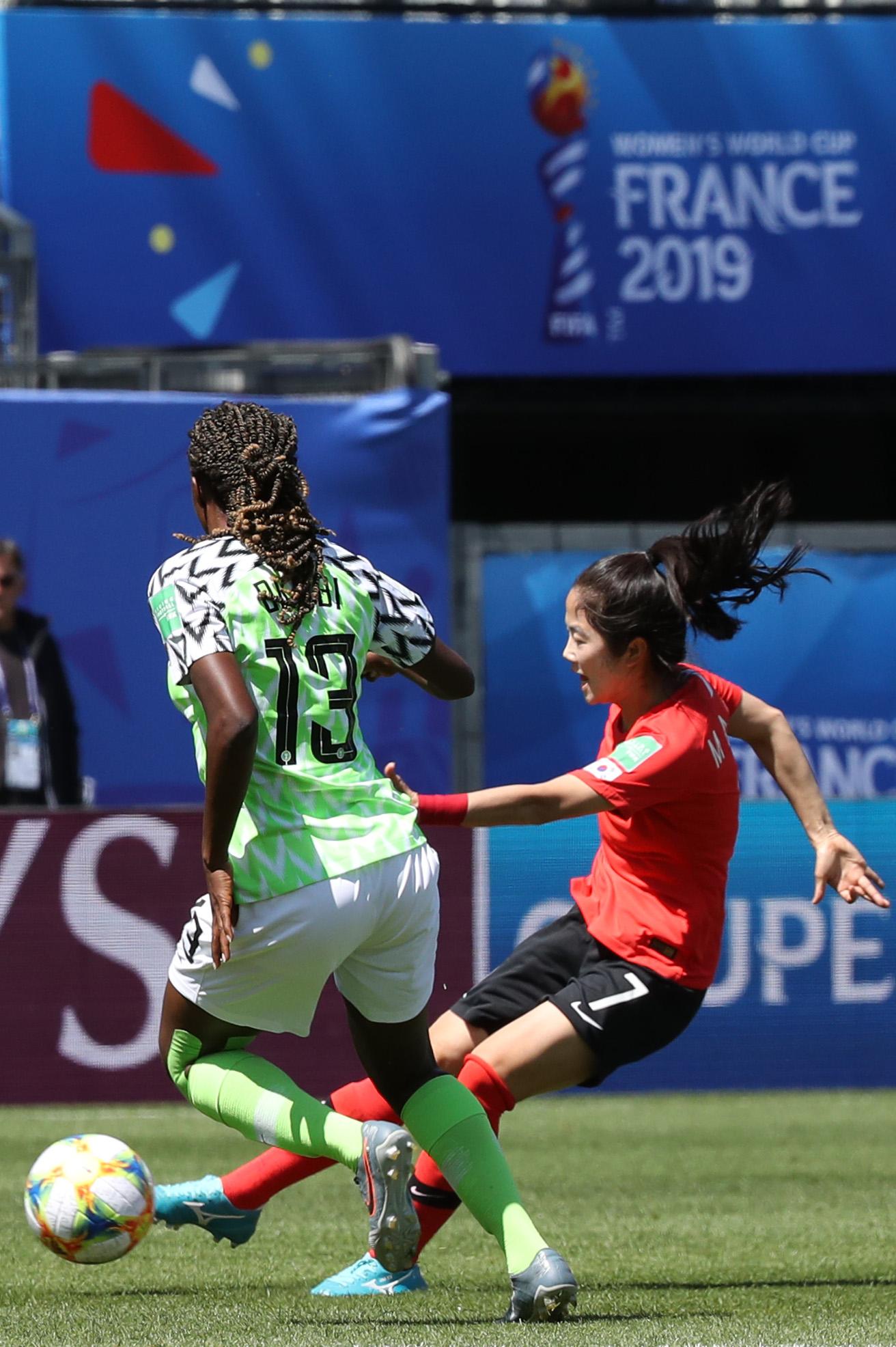 12일 프랑스 그르노블 스타드 데잘프에서 열린 2019 FIFA 프랑스 여자 월드컵 조별리그 A조 2차전 한국과 나이지리아의 경기. 한국 이민아가 슛하고 있다. [연합뉴스]
