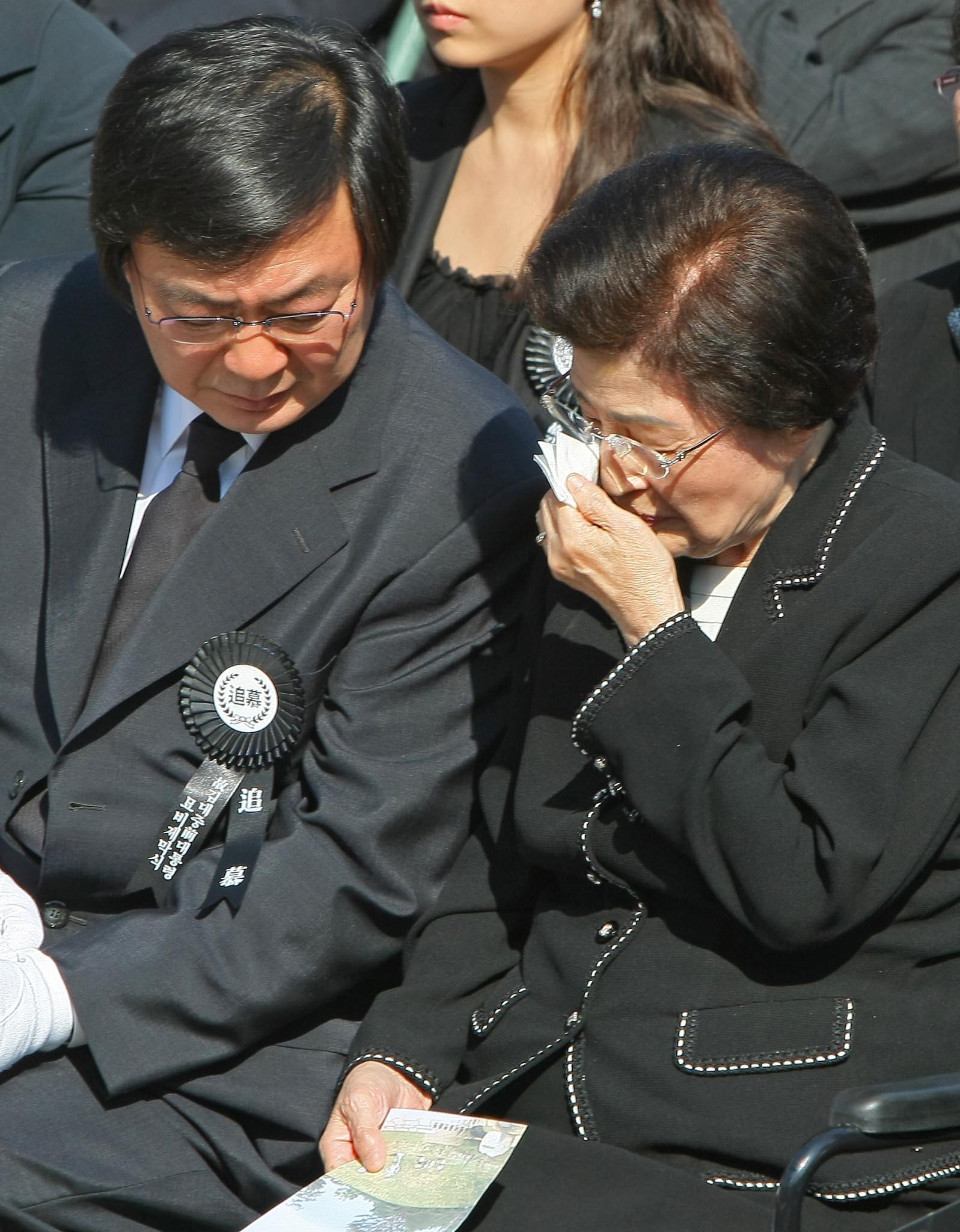 2009년 10월 6일 김홍업 전 의원이 서울 동작동 국립현충원에서 열린 故 김대중 전 대통령 묘비제막식에서 오열하는 이희호 여사를 위로하고 있다. 오종택 기자