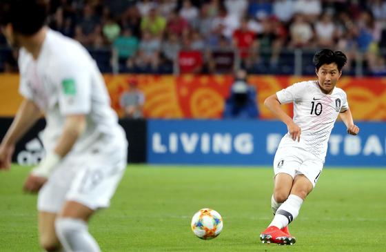 11일 오후(현지시간) 폴란드 아레나 루블린에서 열린 '2019 국제축구연맹(FIFA) U-20 월드컵' 4강전 대한민국과 에콰도르의 경기에서 이강인 선수가 최준을 향해 패스를 하고 있다. [뉴스1]
