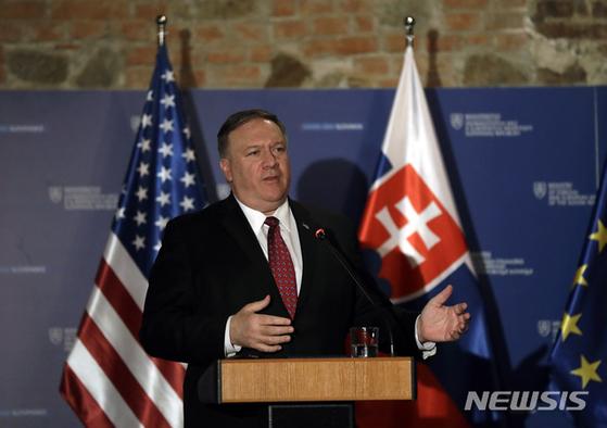 """지난 2월 슬로바키아를 방문한 마이크 폼페이오 미 국무장관. 그는 이날 연설에서 """"중국과 러시아가 1989년 베를린 장벽 붕괴 이후 이룩한 민주주의와 자유시장체제의 발전을 위협하는 '쌍둥이 위협'이 되고 있다""""고 말했다. [AP=뉴시스]"""
