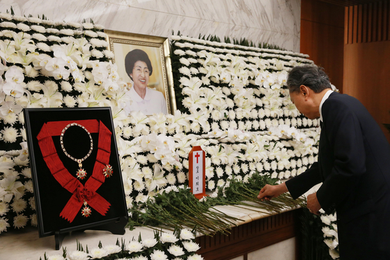 하토야마 전 일본 총리가 12일 서울 서대문구 신촌 세브란스병원 장례식장에 마련된 고 이희호 여사의 빈소를 찾아 조문하고 있다. [뉴스1]