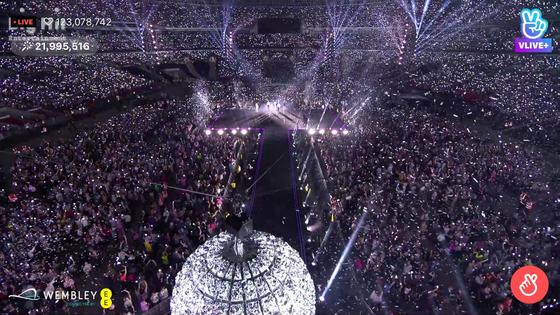 웸블리 스타디움에서 직접 공연을 관람한 팬은 6만 명이지만 V라이브 유료 서비스를 통해 14만 명이 동시에 공연을 즐겼다. 공연 티켓수익에 맞먹는 46억 원을 벌어들였다. [사진 V라이브 캡처]