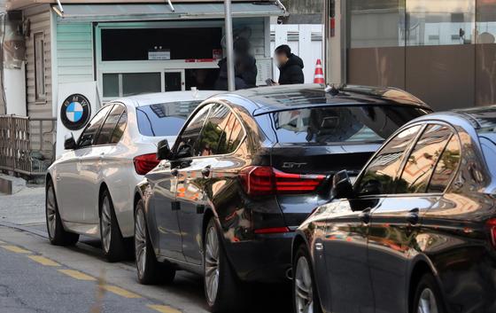 지난해 BMW 차량 화재에 대한 민관합동조사단 조사결과에 따라 BMW EGR 모듈 냉각수 누수로 오염된 흡기다기관과 EGR 모듈 재고품이 장착된 차량에 대해 추가 리콜이 이뤄졌다. [연합뉴스]