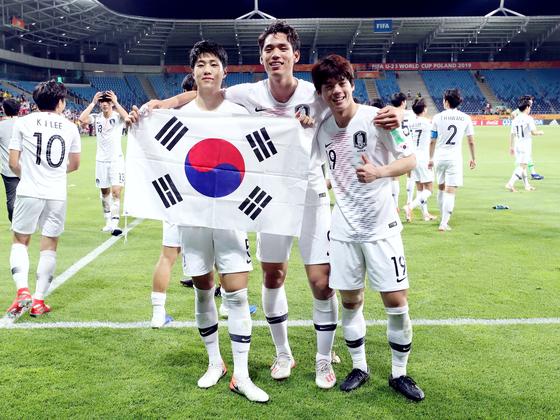 에콰도르전 승리 직후 김현우, 오세훈과 함께 포즈를 취한 최준(왼쪽부터). [뉴스1]