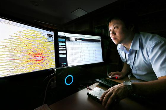 서울 서초동 대검찰청 디지털포렌식연구소에서 담당수사관이 정보 분석 프로그램을 들여다보고 있다. [중앙포토]