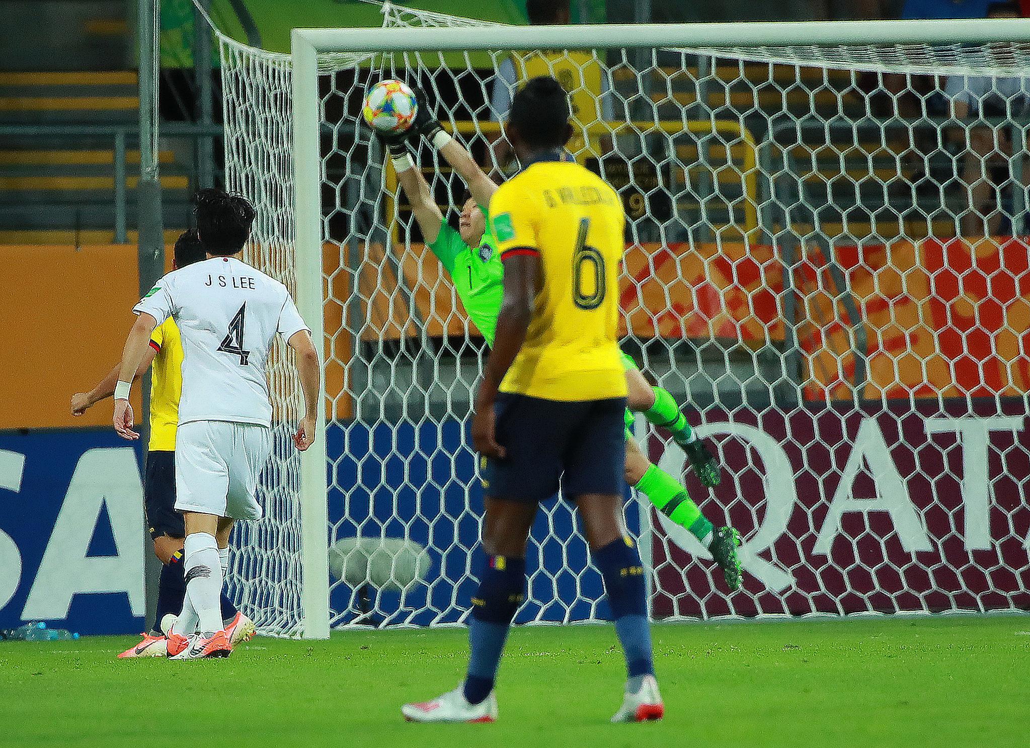 12일 U-20 월드컵 4강전 한국과 에콰도르의 경기.   후반 한국 이광연 골키퍼가 에콰도르의 공격을 선방하고 있다. [연합뉴]
