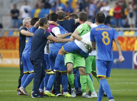 이탈리아를 꺾고 U-20 월드컵 결승행을 확정지은 우크라이나 선수들이 환호하고 있다. [AP=연합뉴스]