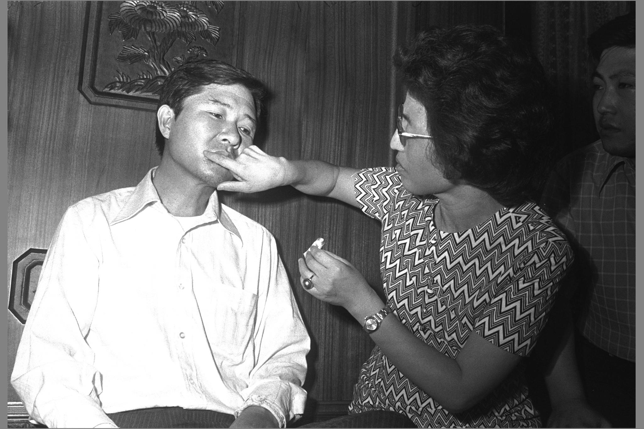 1973년 8월 일본 도쿄에서 납치된 지 닷새만에 동교동 자택으로 돌아온 김대중씨에게 부인 이희호 여사가 약을 발라주고 있다. [중앙포토]