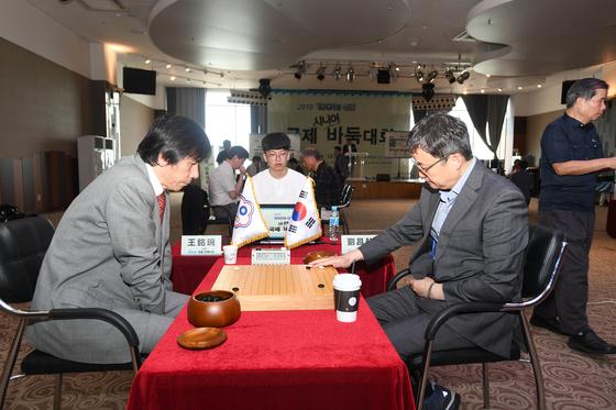 국제시니어바둑대회 단체전에서 우승한 한국팀. 유창혁 9단(왼쪽)과 왕밍완 9단 [사진 한국기원]
