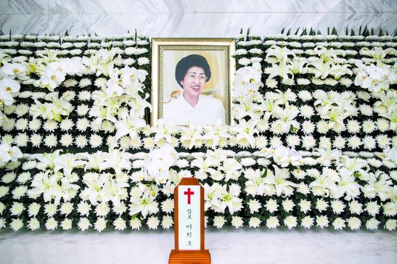 11일 오전 서울 서대문구 신촌 세브란스병원 장례식장에 마련된 고(故) 김대중 전 대통령 부인 이희호 여사의 빈소에 영정과 위패가 놓여있다. 김상선 기자