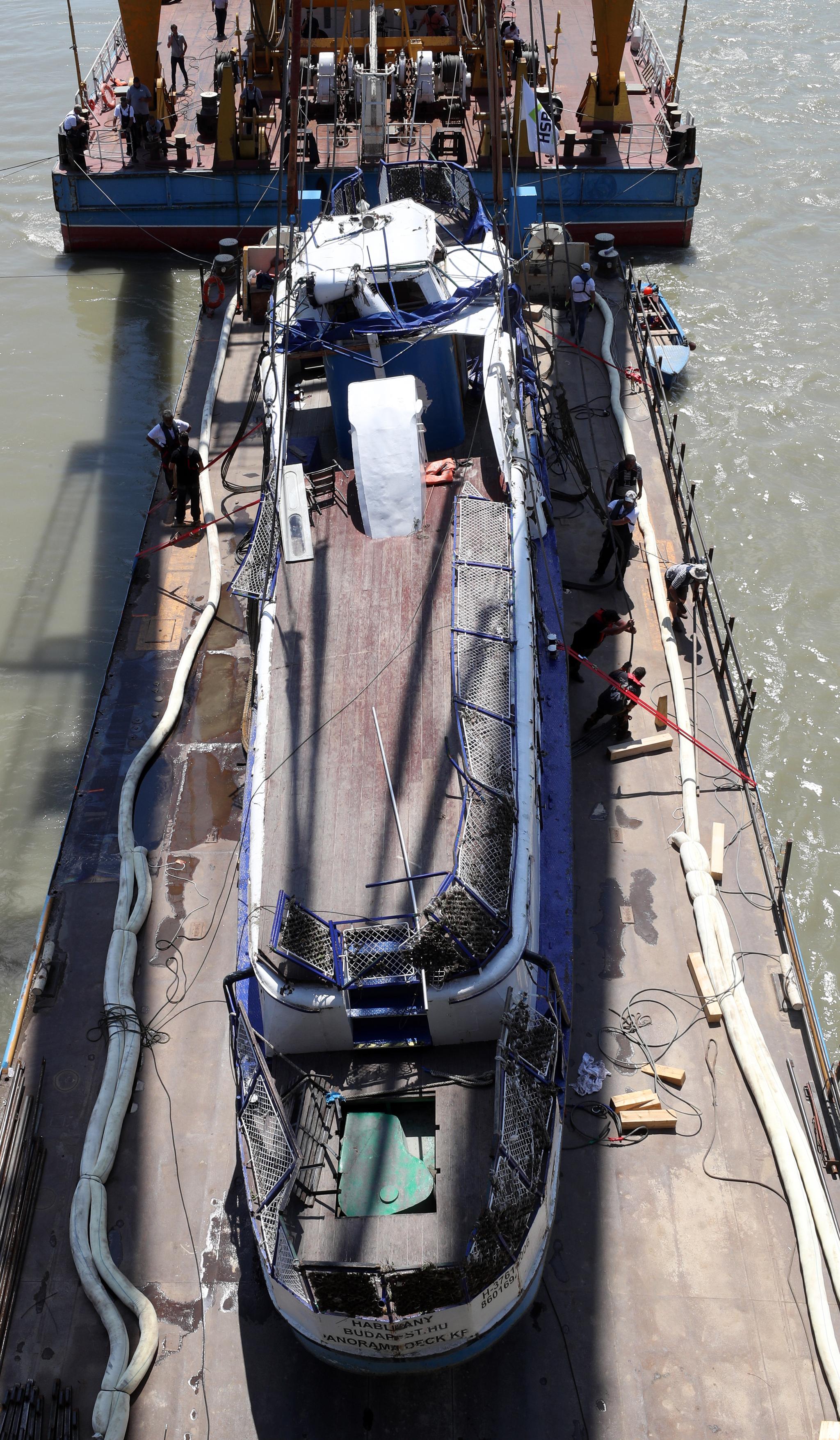 11일 오후(현지시간) 헝가리 부다페스트 다뉴브강에서 인양이 완료된 허블레아니호. [뉴스1]