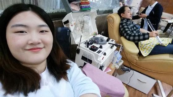 대구시 중앙로 헌혈의 집. 동생 하승희씨가 침대에 기대어 환하게 웃고 있다. [사진 하승희씨]