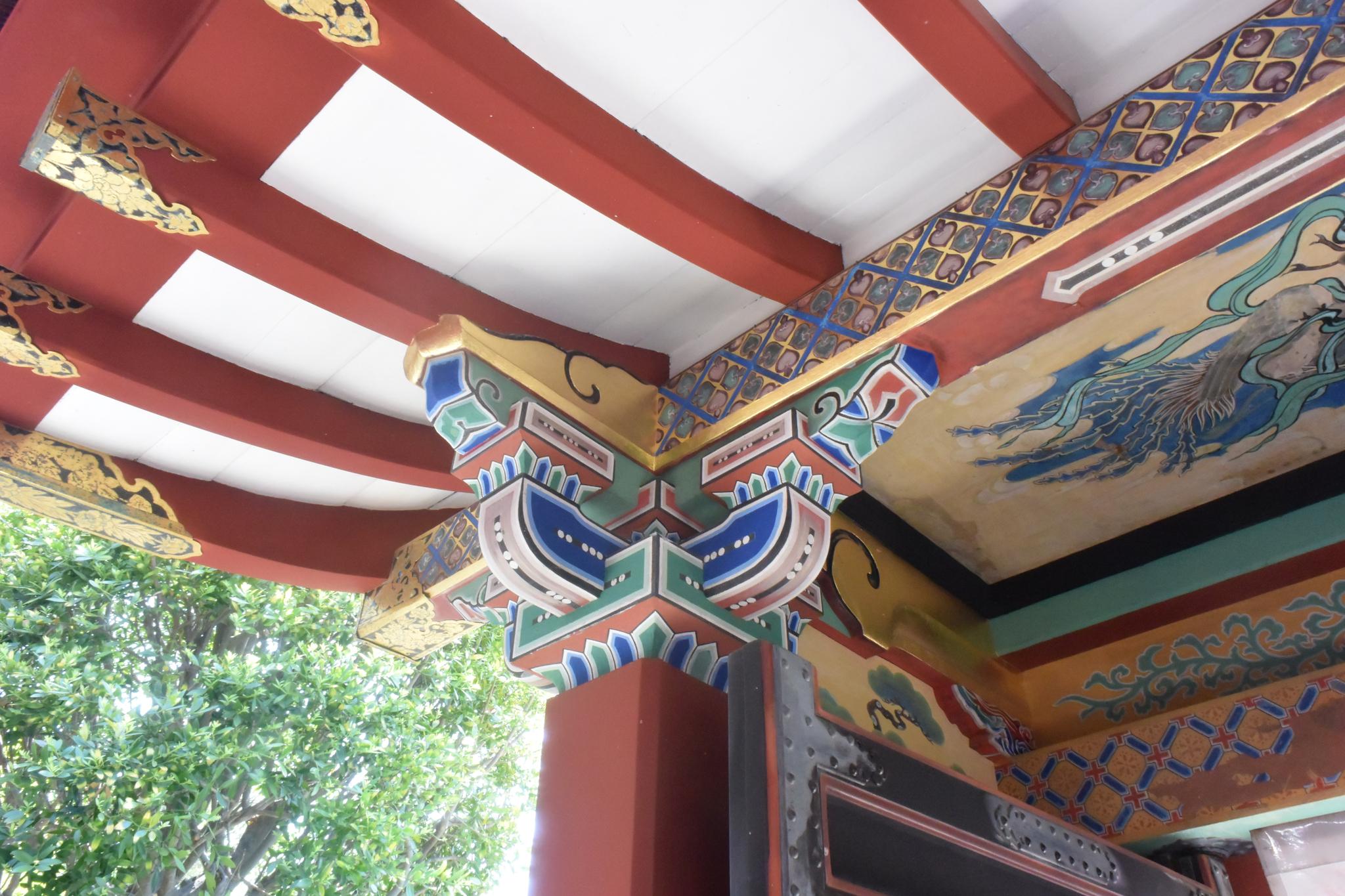 와카야마현 와카야마시에 있는 기슈도쇼구(紀州東照宮). 닛코(日光)에 있는 도쇼구가 금색으로 화려하게 장식된 것과 달리, 붉은색과 녹색을 주로 이용한 단청이 한반도의 영향을 받은 것으로 추정된다. 윤설영 특파원.