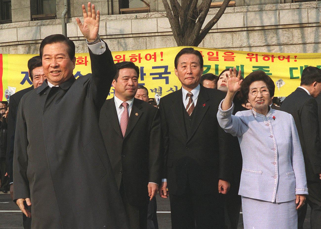 2000년 노벨상을 수상하고 귀국한 김대중대통령과 부인 이희호 여사가 시청 앞에서 환영나온 시민들과 인사를 나누고 있다. [중앙포토]