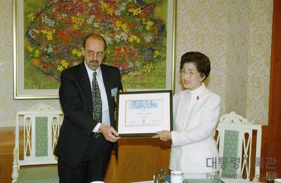 김대중평화센터가 12일 고 김대중 전 대통령의 부인 이희호 여사의 생전 모습을 공개했다. 사진은 2000년 이 여사가 펄퍽 인터내셔널 재단이 주는 '올해의 여성상'을 받는 모습.(김대중평화센터 제공) [뉴스1]