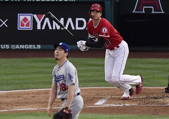 12일 다저스전에서 마에다를 상대로 홈런을 친 오타니(위). [AP=연합뉴스]
