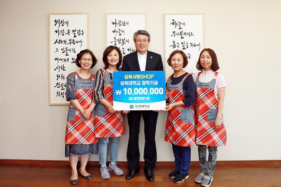김성익 총장과 삼육사랑샵 회원들
