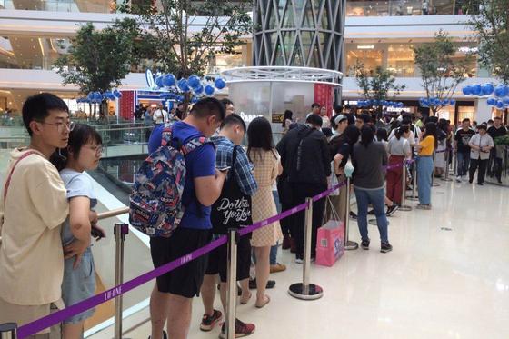 최근 중국 상하이에 문을 연 사탕제조업체 '관성위안'의 밀크티 팝업매장에 고객들이 줄을 길게 늘어 서 있다. [홍콩 SCMP 캡처]