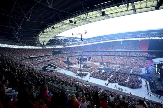 BTS의 지난 1일 런던 웸블리 공연 모습. 6만 객석이 순식간에 매진된 것은 물론 대기만 27만 명을 넘기자 공연이 하루 더 연장됐다. [사진 빅히트엔터테인먼트 제공]