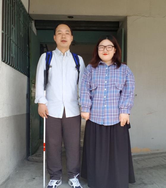 대구 헌혈 남매. 오빠 하영철씨와 여동생 하승희씨. 대구시 중구에 있는 하승희씨 집 앞이다. [사진 하승희씨]