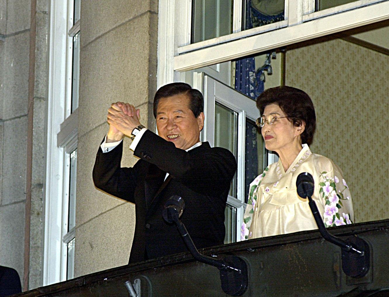 2000년 김대중 대통령과 이희호 여사가 오슬로 그랜드호텔 발코니에서 시민들이 노벨평화상수상을 축하하자 손을 들어 인사하고 있다. [중앙포토]