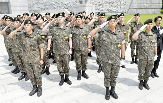 해외거주 영주권자의 자격으로 입대한 훈련병들이 12일 대전현충원에서 호국영령들의 묘역앞에서 경례로 예를 표하고 있다. 프리랜서 김성태