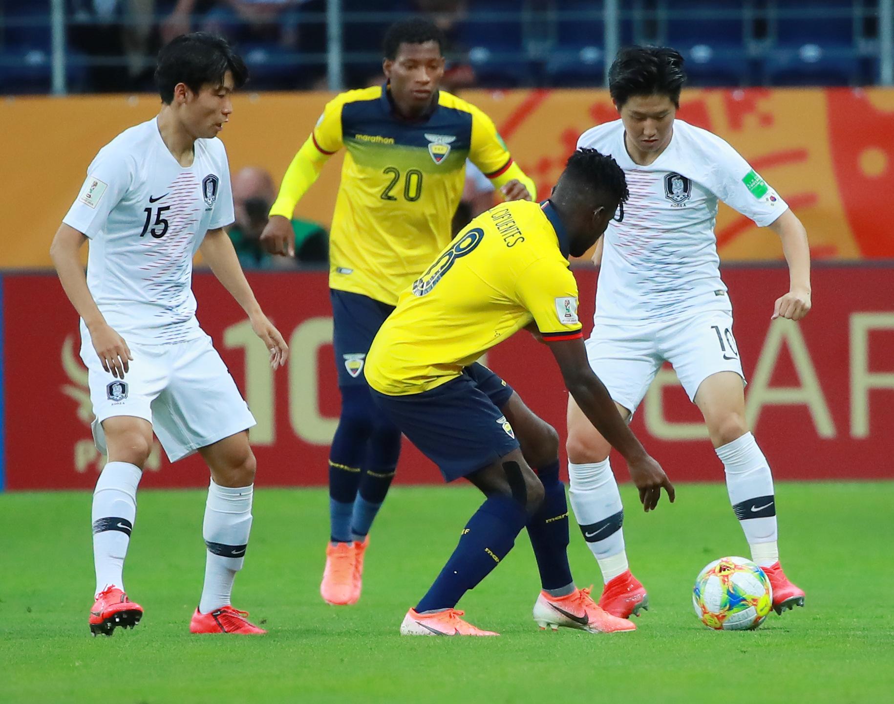 12일 U-20 월드컵 4강전 한국과 에콰도르의 경기.   전반 이강인이 에콰도르 수비를 제치며 돌파하고 있다. [연합뉴]