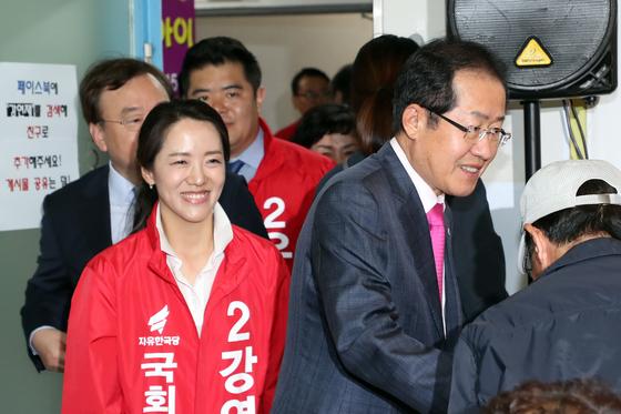2018년 5월 홍준표 당시 자유한국당 대표(오른쪽)와 강연재 서울 노원병 국회의원 후보가 선거 사무소 개소식에 입장하고 있다. [뉴스1]
