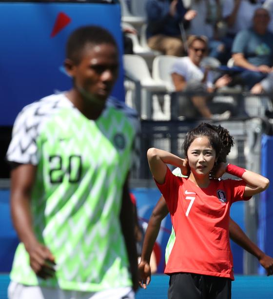 12일 프랑스 그르노블 스타드 데잘프에서 열린 2019 국제축구연맹 FIFA 프랑스 여자 월드컵 조별리그 A조 2차전 한국과 나이지리아의 경기. 한국 이민아가 슛이 빗나간뒤 아쉬워하고 있다. [연합뉴스]