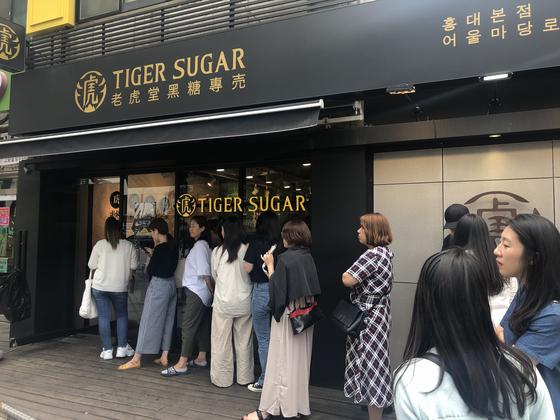 흑당 버블티가 여름 음료 시장을 장악했다.13일 홍대 인근 타이거 슈가 매장 앞에 소비자들이 줄 서 기다리고 있다. 전영선 기자