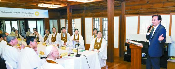 홍석현 한반도평화만들기 이사장이 11일 서울 종로구 은덕문화원에서 열린 원불교 2019년(원기 104년) 제6회 정단회에서 '국제정세와 한반도 평화'라는 주제로 특강을 하고 있다. [김경록 기자]