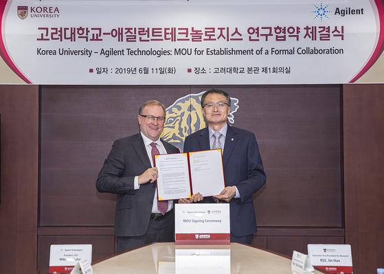 애질런트테크놀로지스 Mike McMullan 대표(좌)와 고려대학교 이진한 연구부총장(우)이 6월 11일(화) 고려대 본관에서 연구협약을 체결하고 있다.