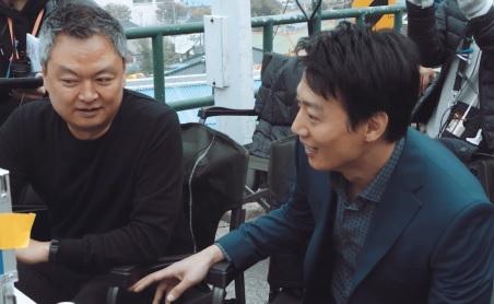 '범죄도시'에 이어 돌아온 강윤성 감독은 촬영현장에서 배우들의 의견에 자주 귀 기울였다.
