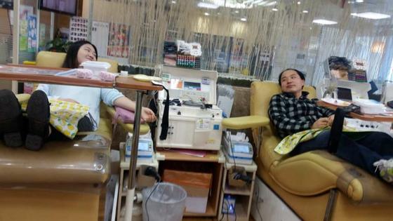 대구시 중앙로 헌혈의 집에서 오빠 하영철씨(오른쪽)와 여동생 하승희씨가 함께 누워있다. [사진 하승희씨]
