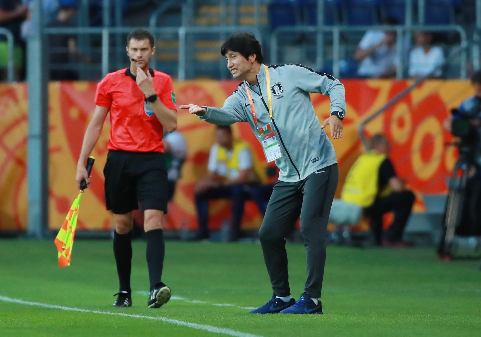 12일 폴란드 루블린 경기장에서 열린 2019 국제축구연맹(FIFA) 20세 이하(U-20) 월드컵 4강전 한국과 에콰도르의 경기.   전반 한국 정정용 감독이 작전 지시를 하고 있다.[연합뉴]