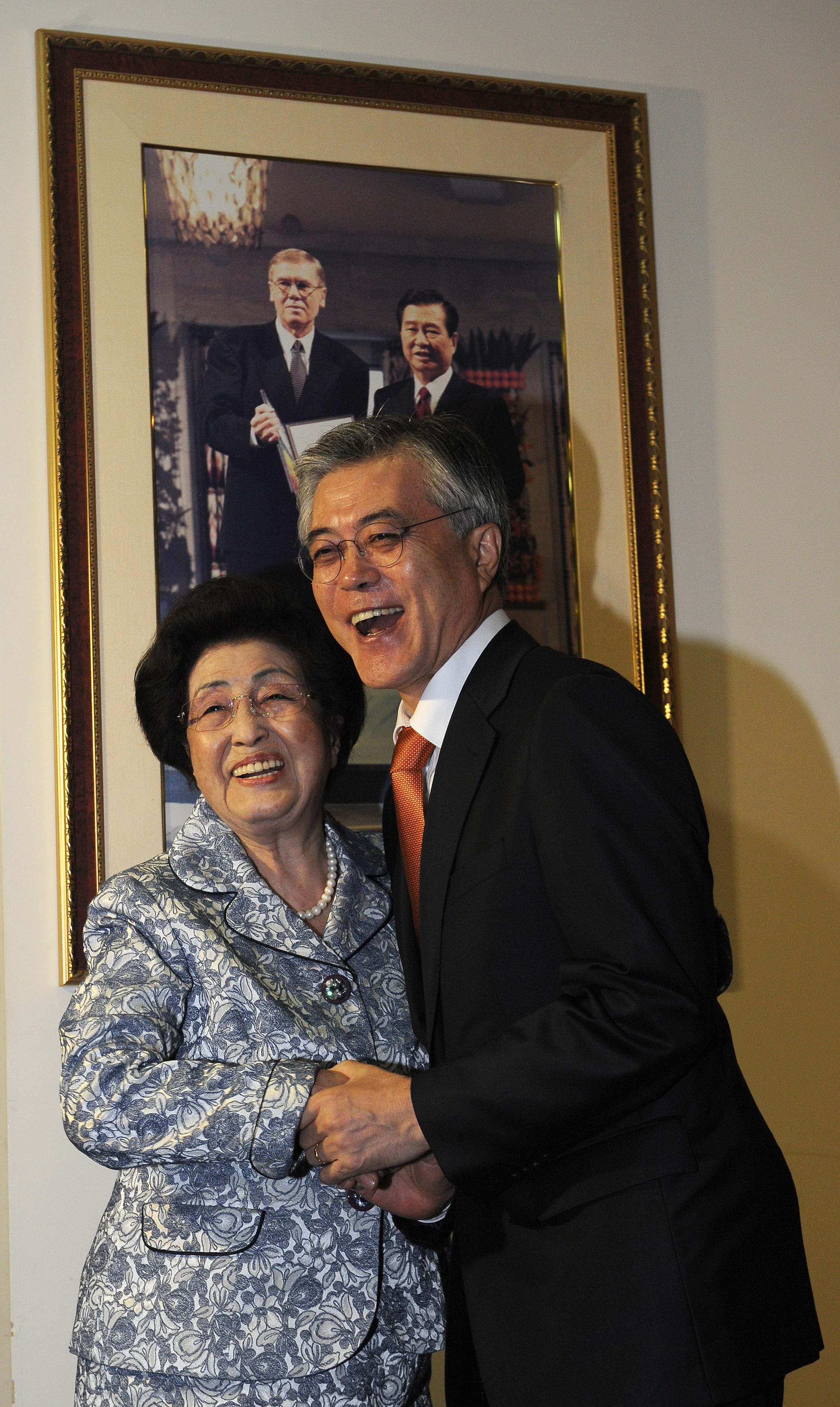 2012년 9월 24일 민주통합당 문재인 대선후보가 24일 오전 김대중 전 대통령의 부인 이희호 여사를 예방해 기념사진을 찍고 있다. [뉴스1]